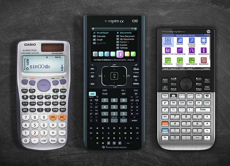Mesa con calculadoras de la marca CASIO, Texas Instruments y HP