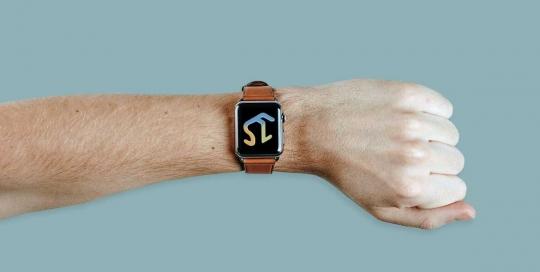 Brazo con reloj que muestra logotipo